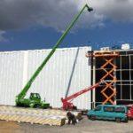 Fassadenarbeiten mit Scherenbühne und Teleskopstapler
