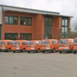 Cramer Servicefahrzeuge vor Gebäude