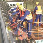 Mit der Arbeitsbühne eine Photovoltaik-Anlage montieren