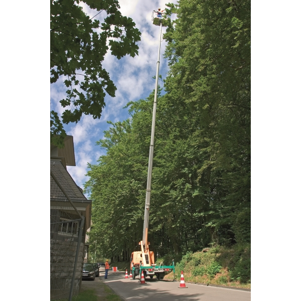 T26B LKW Arbeitsbühne beim Baumpflegeeinsatz