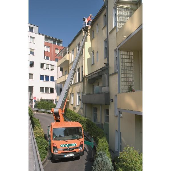 T26 B LKW Arbeitsbühne bei Dacharbeiten